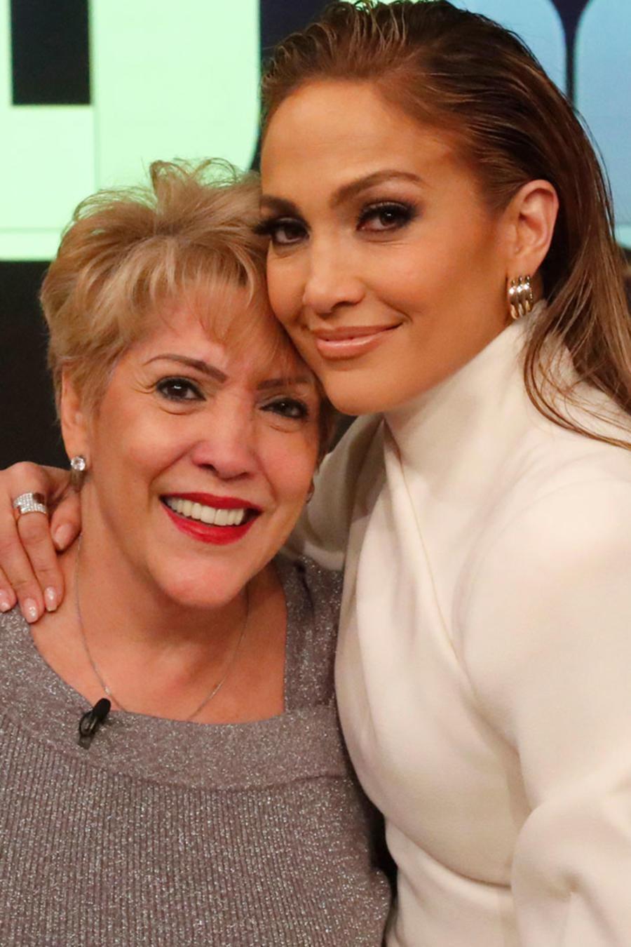 Jennifer Lopez y Camila Cabello con sus madres