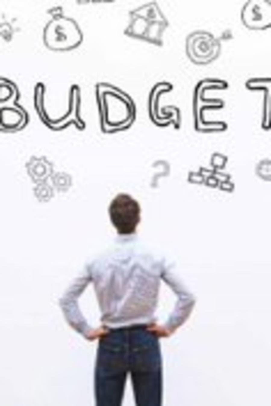Hombre analiza cómo hacer presupuesto y ahorrar