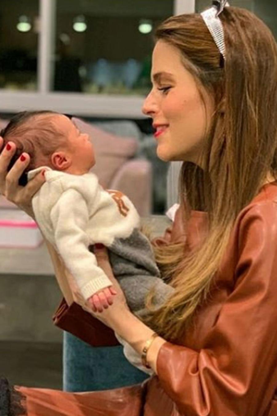 Claudia Álvarez con su hija Kira