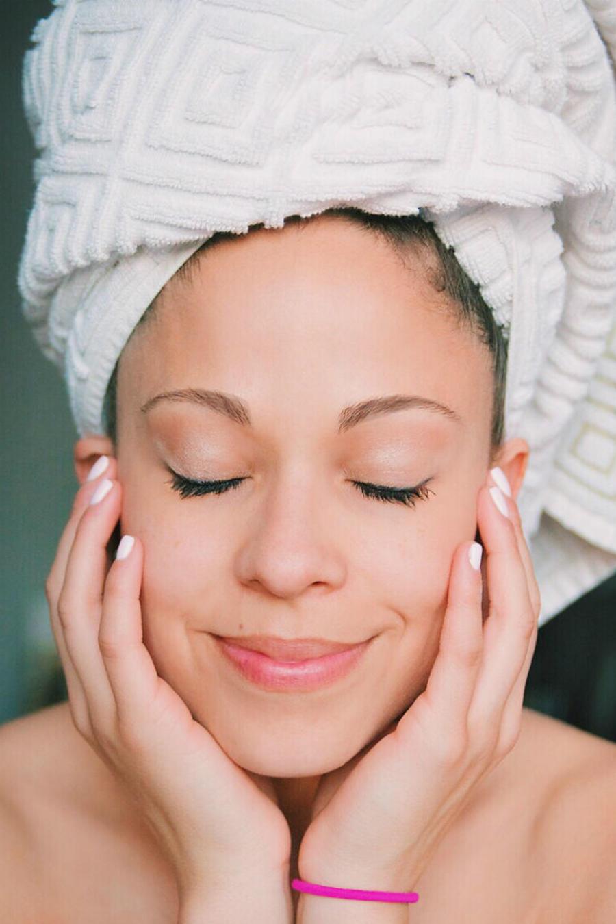 Mujer usando toalla de baño
