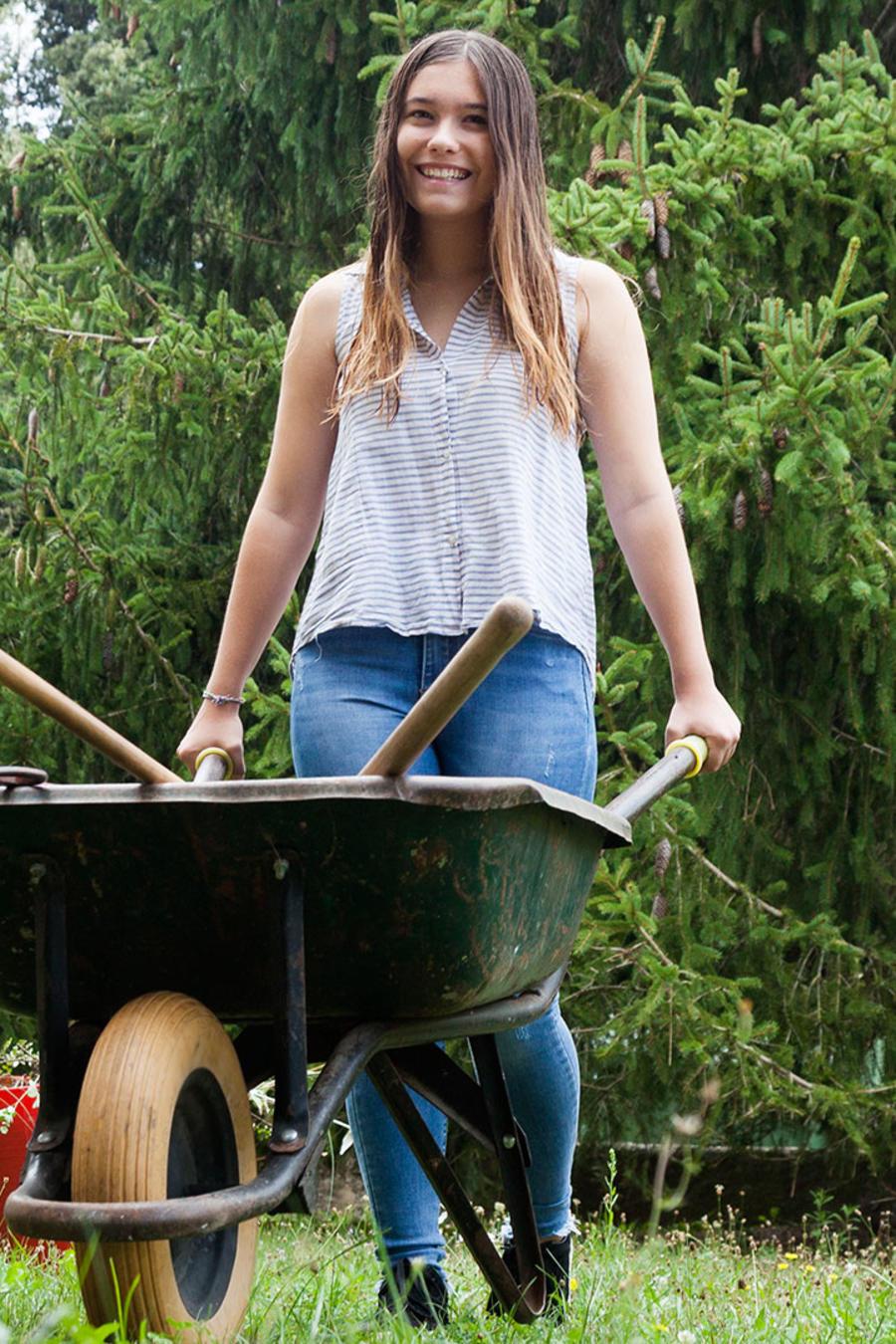 Chica haciendo jardinería