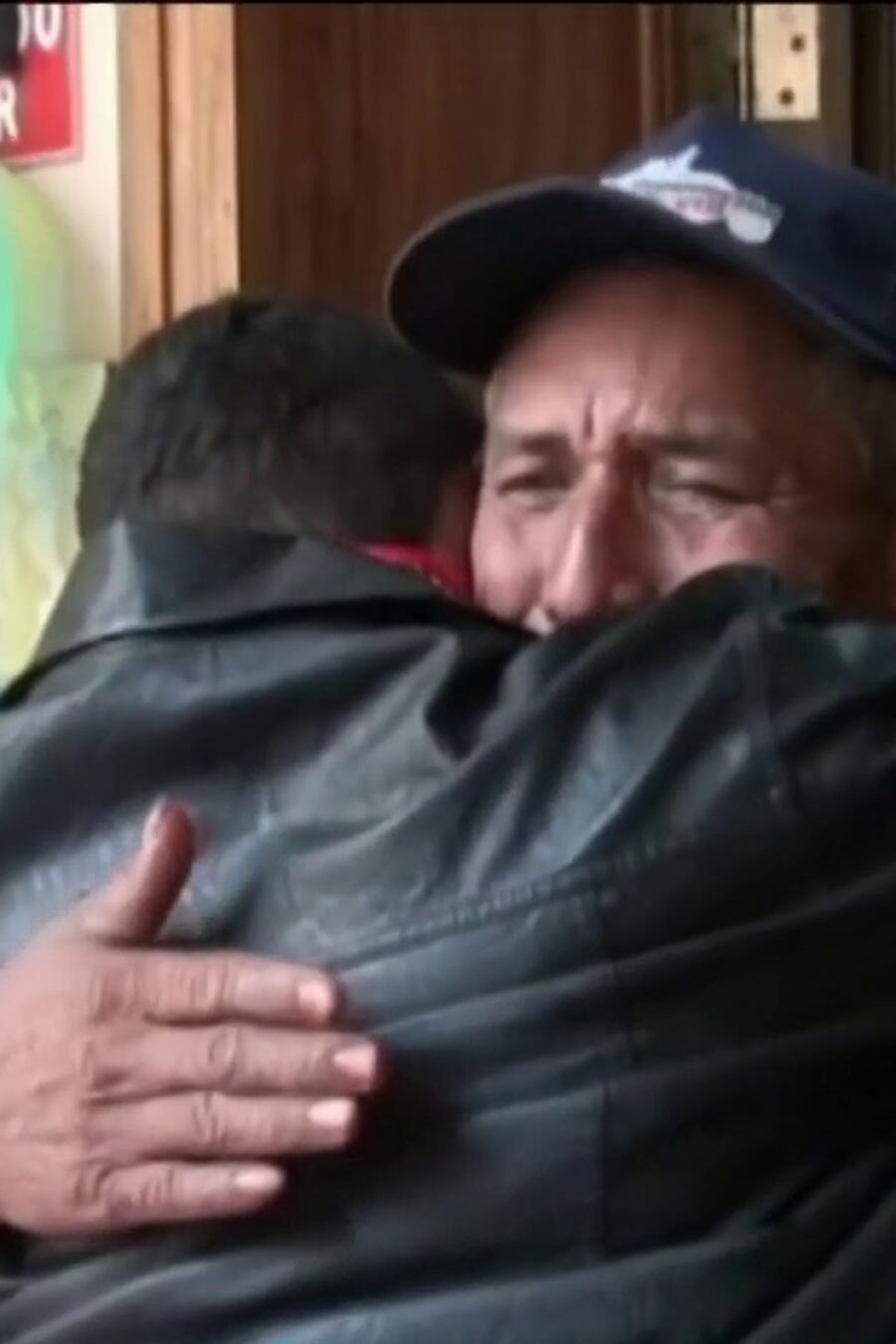 Hombres se abrazan