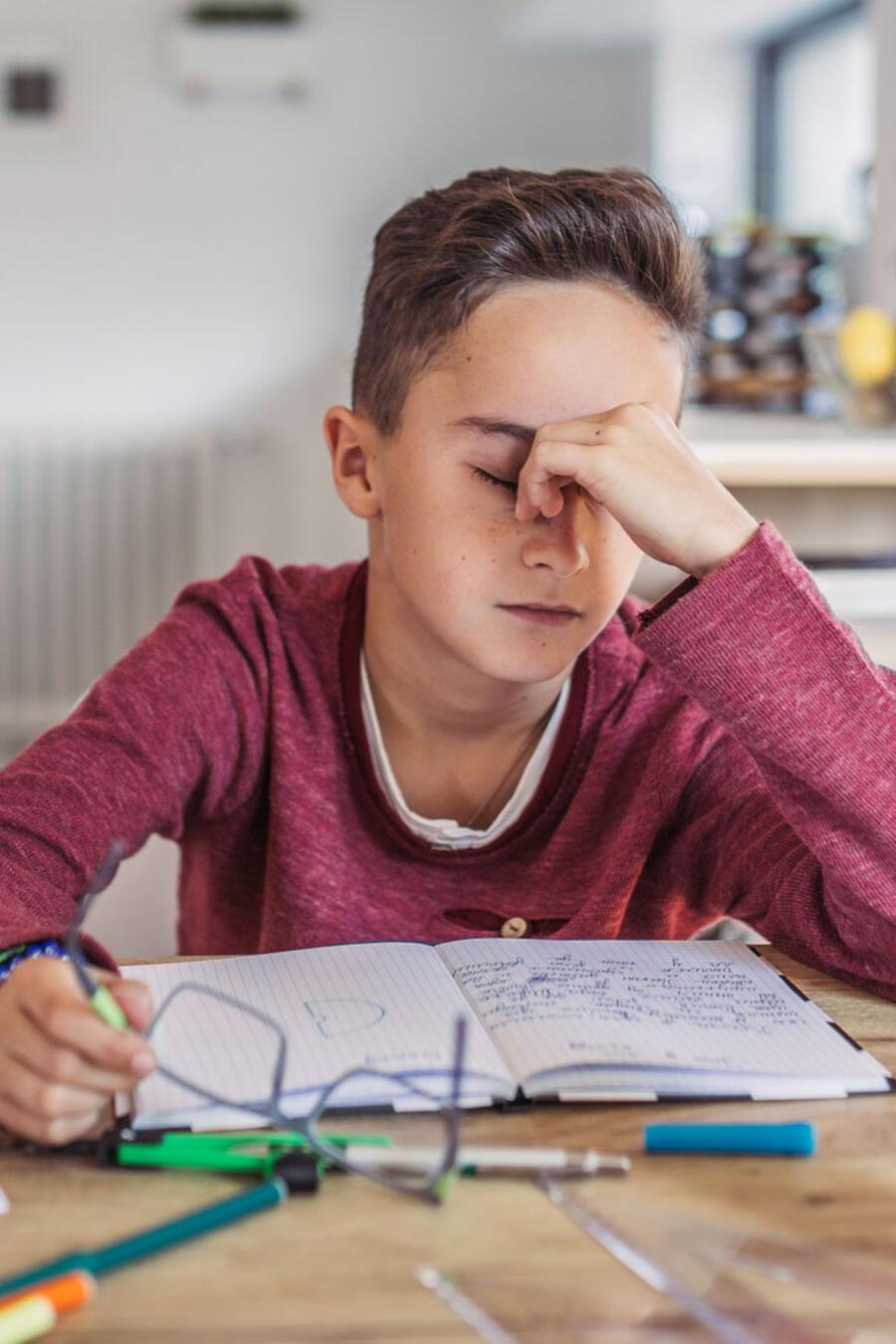 Niño frustrado estudiando