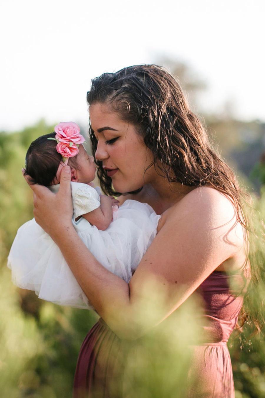 Mamá con bebé en la naturaleza