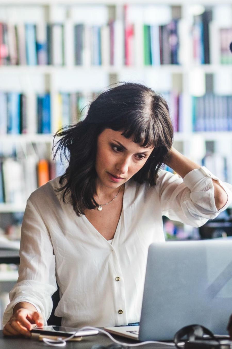 Mujer ansiosa en el trabajo