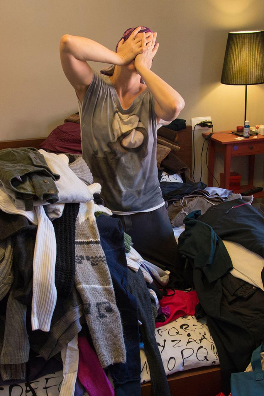 Mujer con mucha ropa
