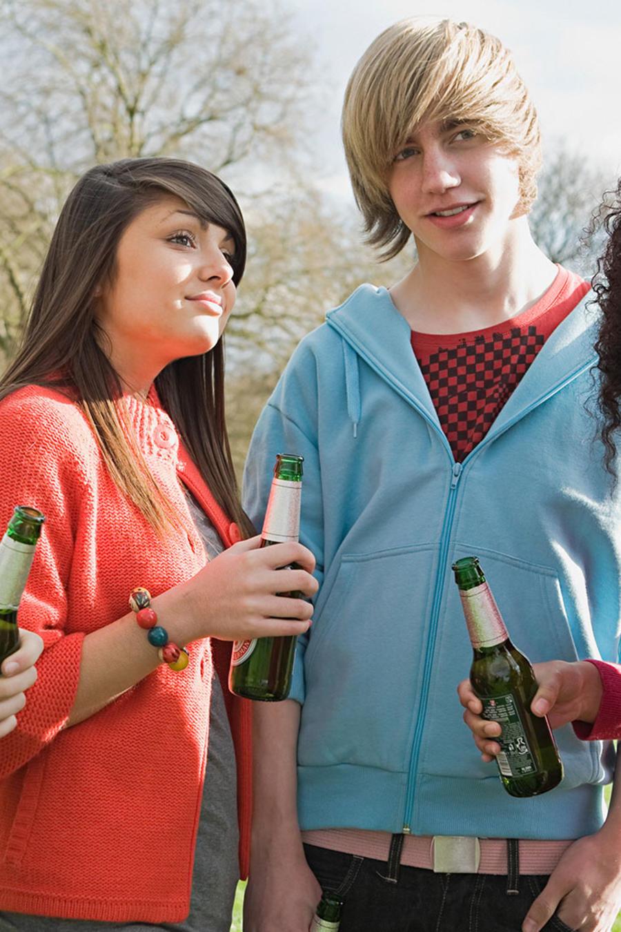 Adolescentes bebiendo