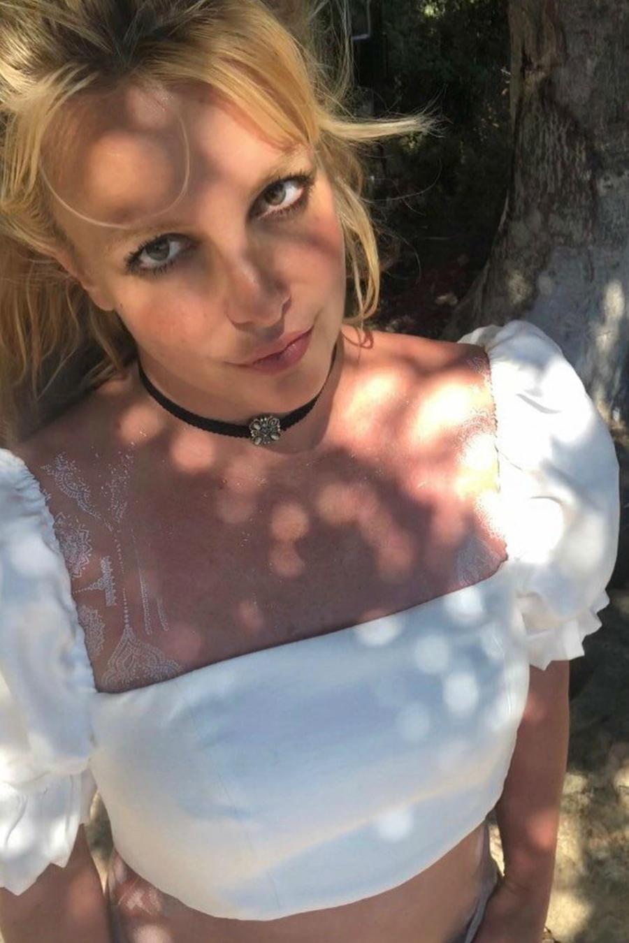 Britney Spears usando blusa blanca