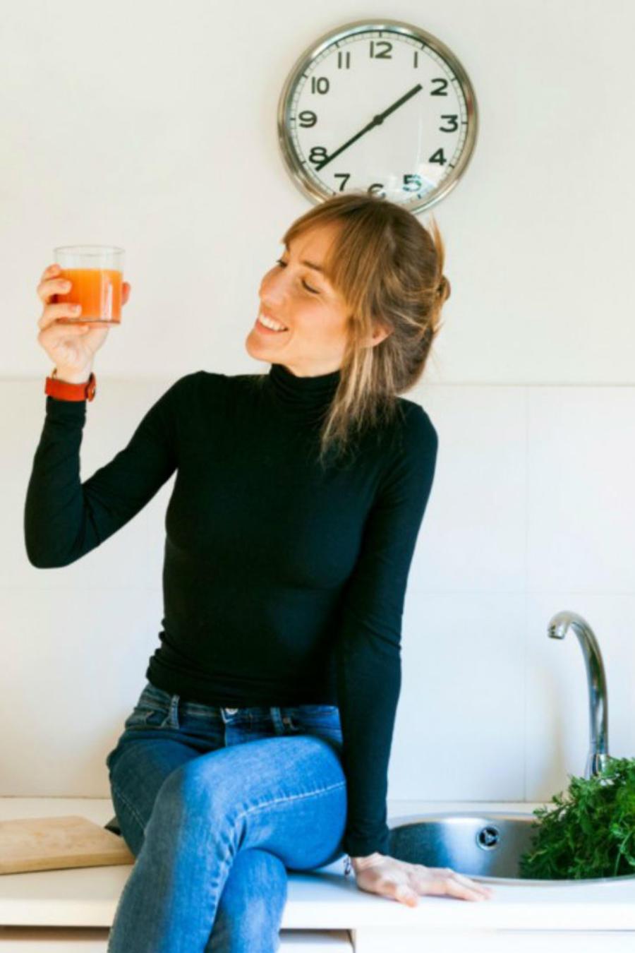 Mujer tomando jugo