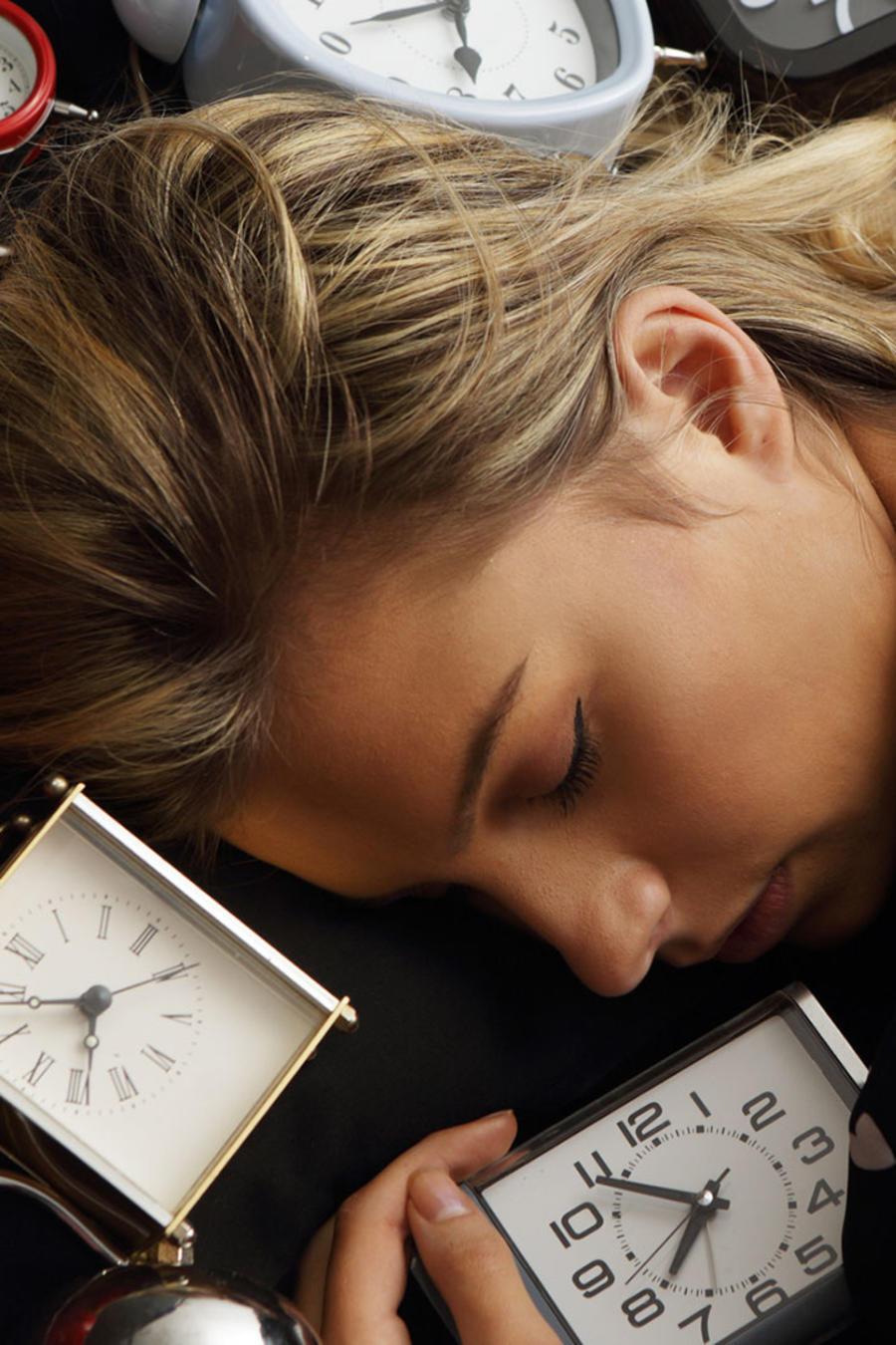 Dormida con relojes