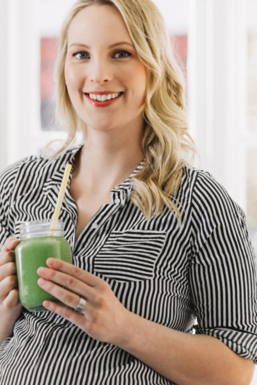 Embarazada tomando jugo verde
