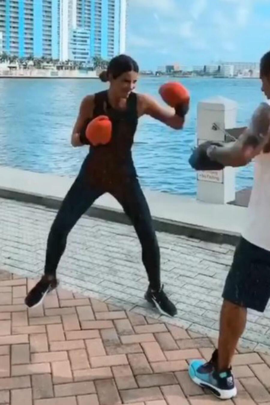 Gaby Espino entrenando