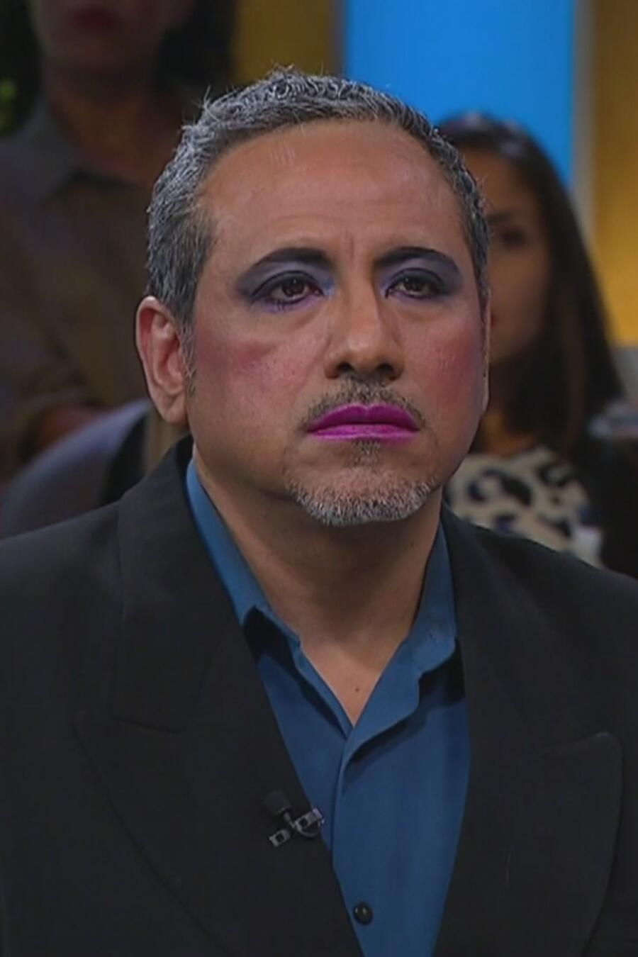 Exijo el divorcio porque mi esposo se viste de mujer