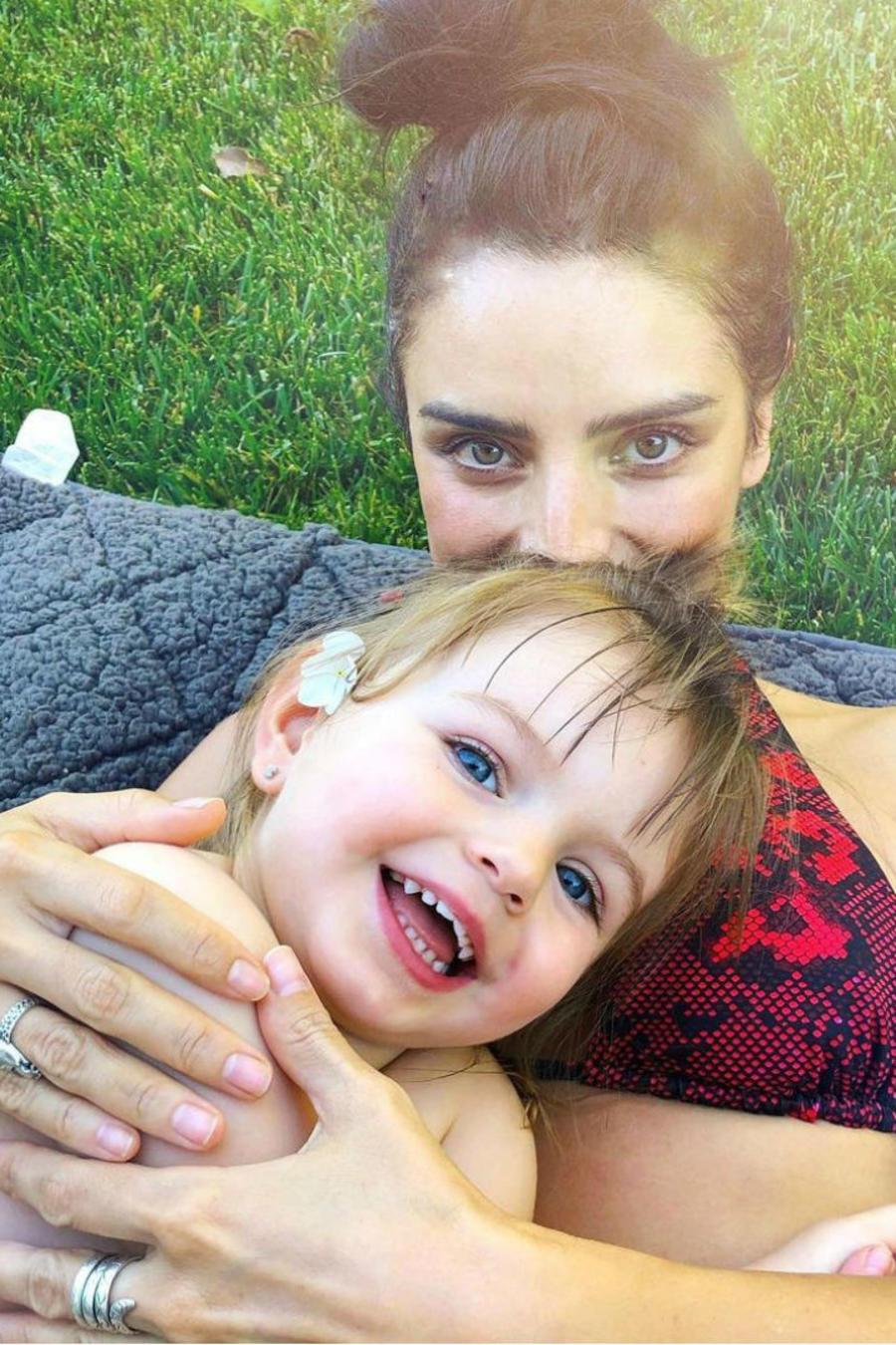 Aislinn Derbez y Salma Hayek hablan sobre su lactancia prolongada
