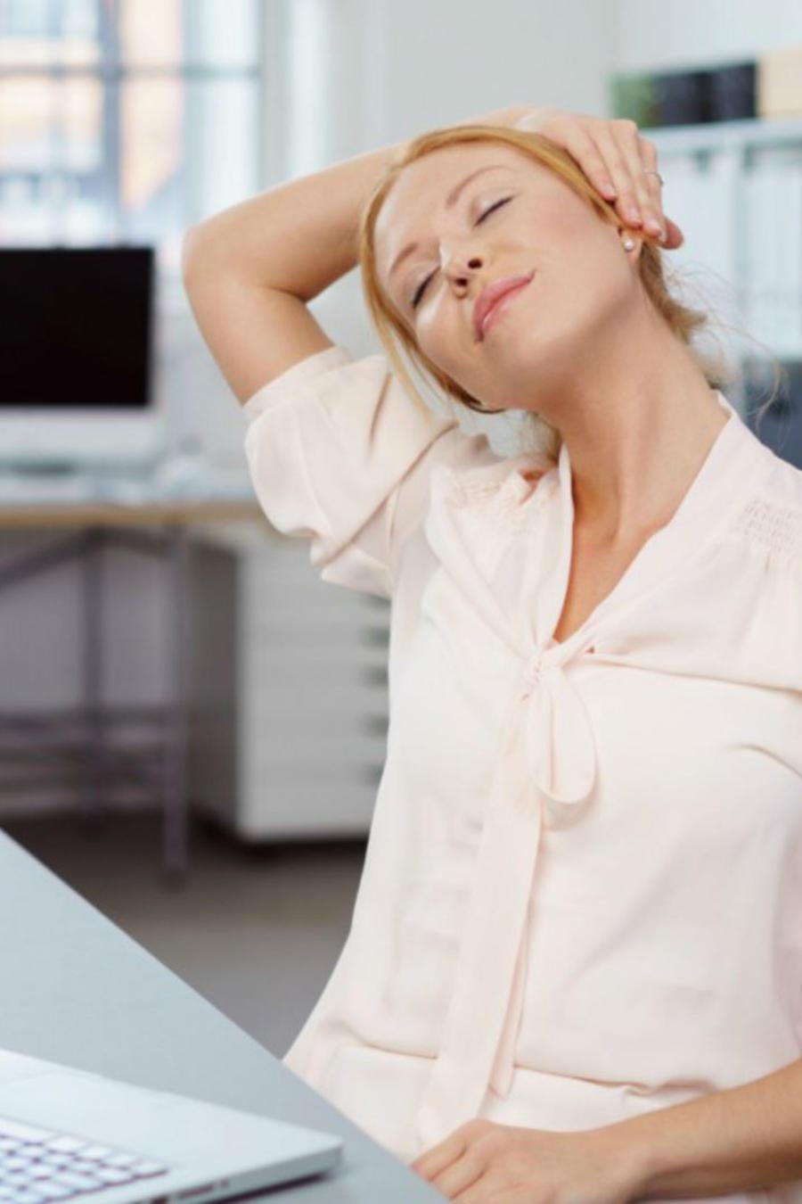 Mujer sentada y trabajando