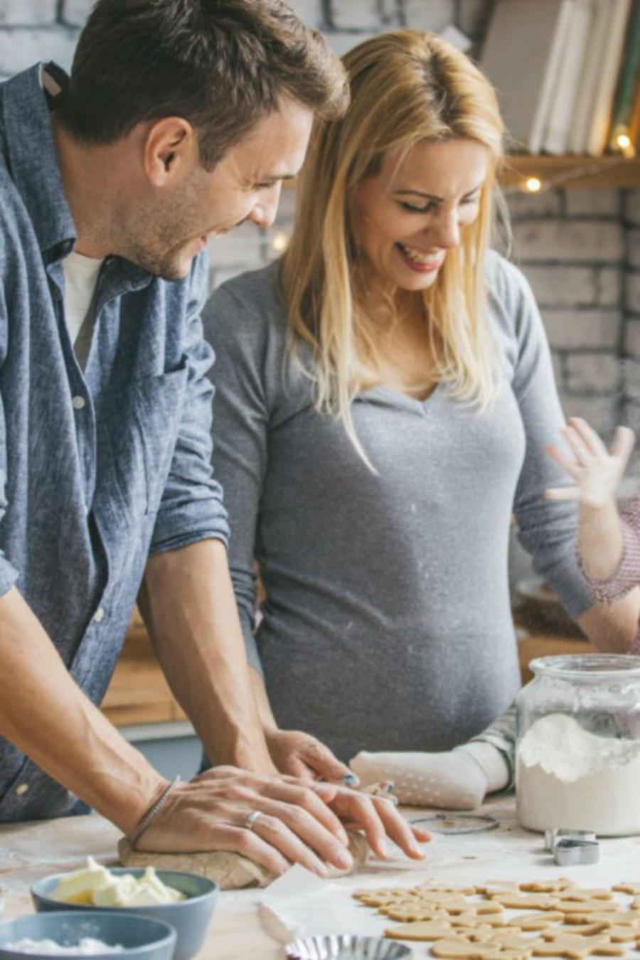 Embarazada cocinando en Navidad