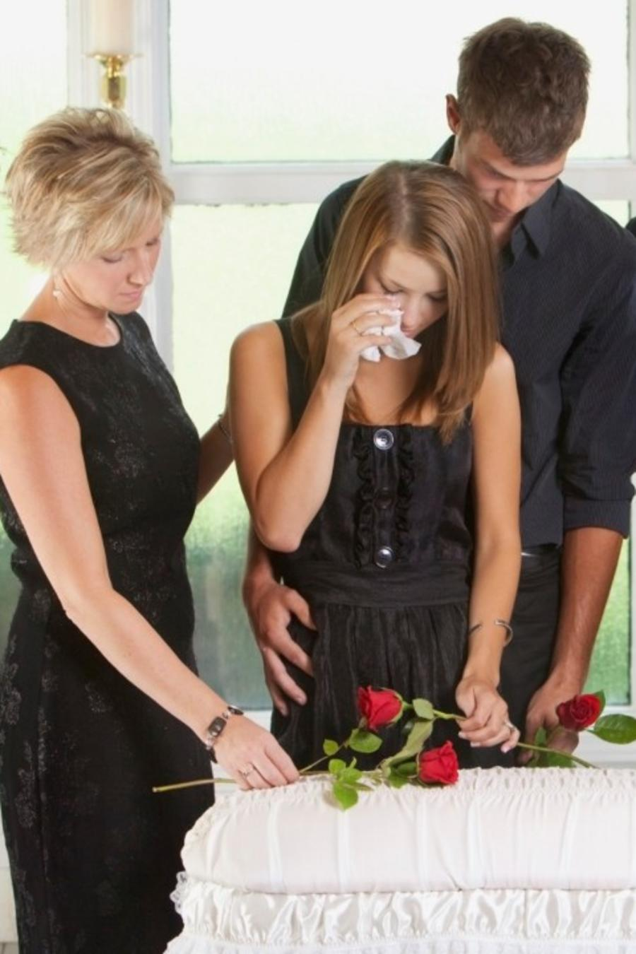 Familia en funeral de un bebé