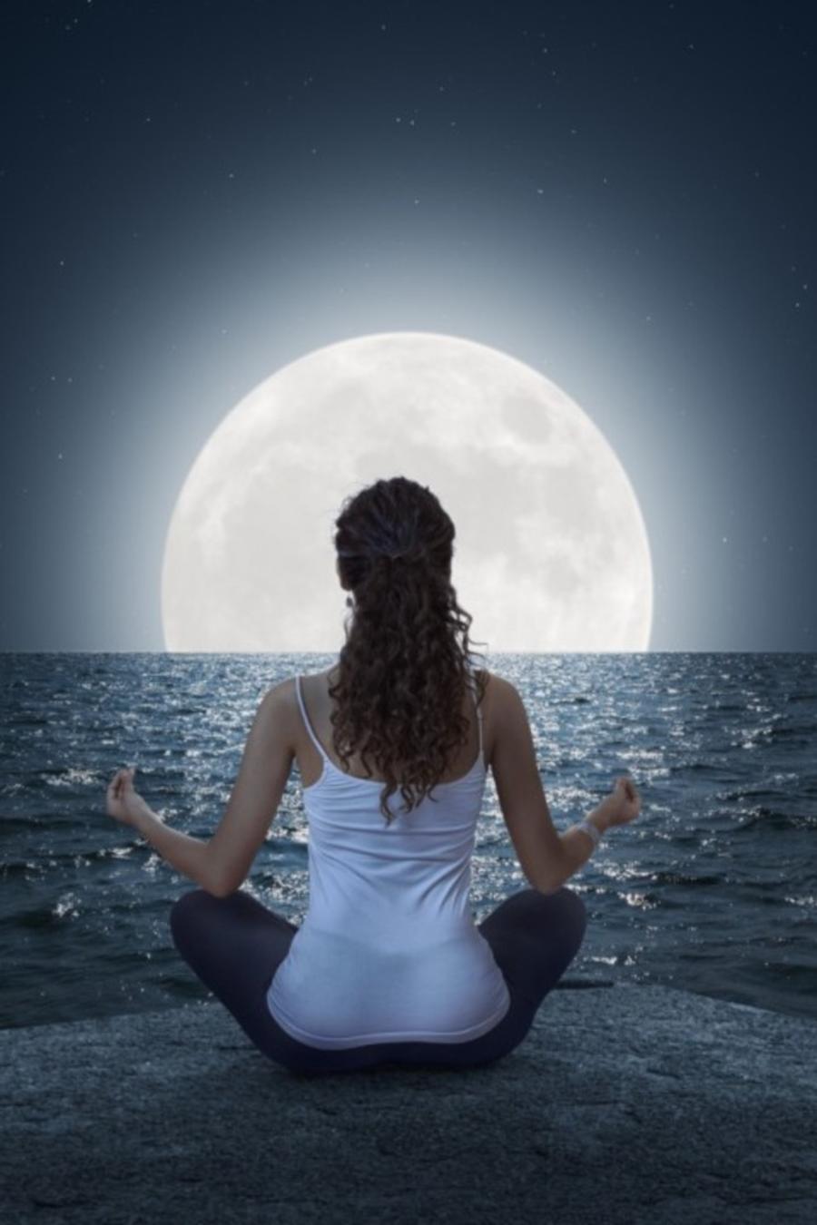 Mujer mirando la luna