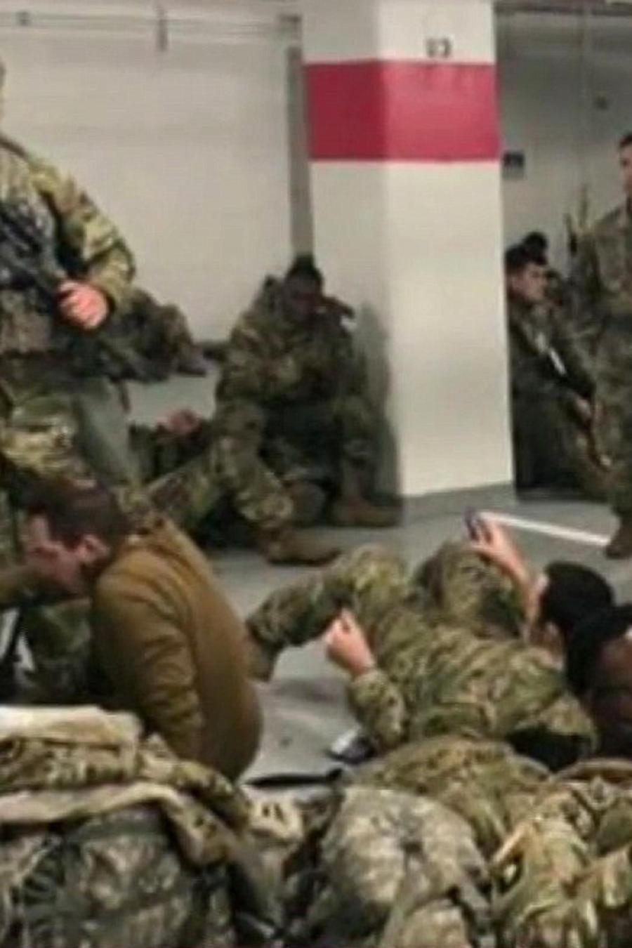 Soldados duermen en estacionamiento subterráneo