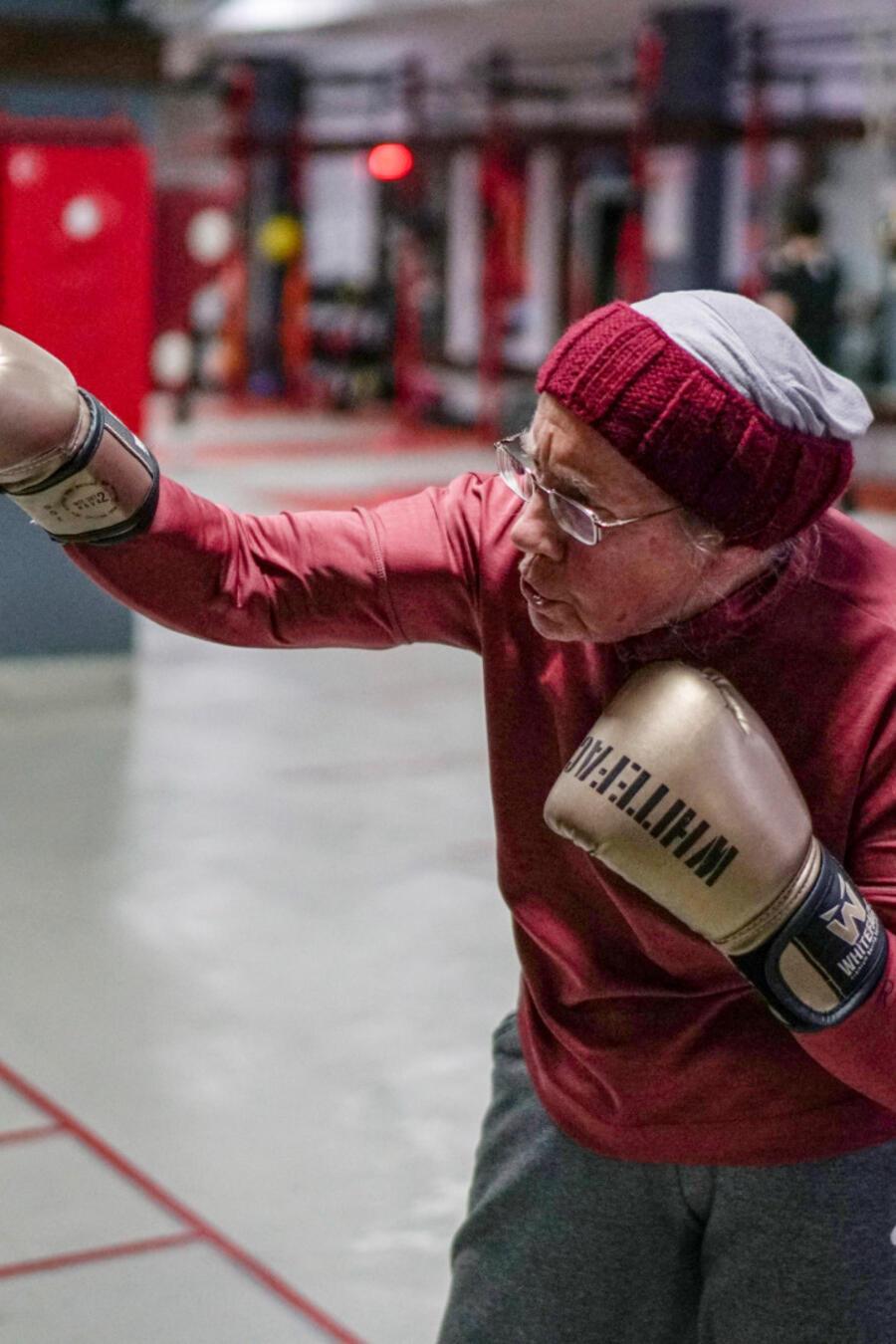Abuela boxea contra la enfermedad de Parkinson en Turquía