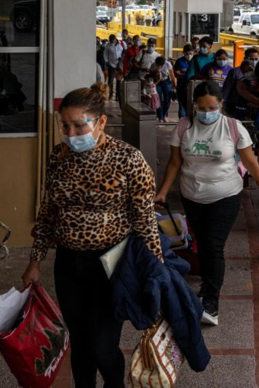 Migrantes cruzan a e Estados Unidos desde Matamoros, México