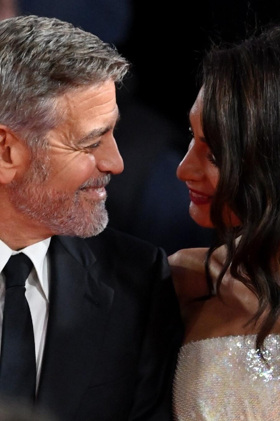 """Amal Clooney y George Clooney asisten al estreno de """"The Tender Bar"""" durante el 65º BFI London Film Festival"""