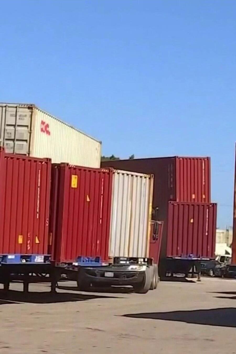 Vecinos denuncian contenedores estacionados en sus calles