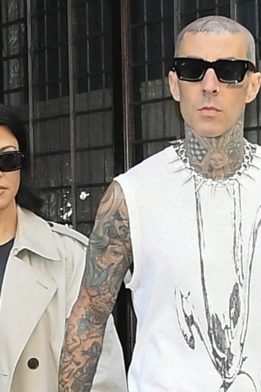 Kourtney Kardashian y su prometido, Travis Barker, caminando de la mano.