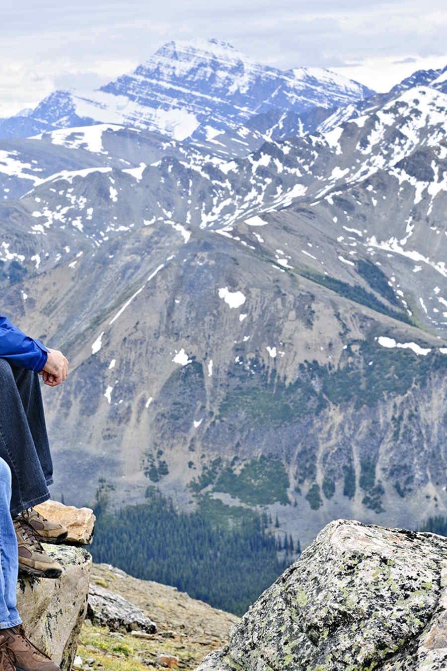 hombre y chica sentados en montaña