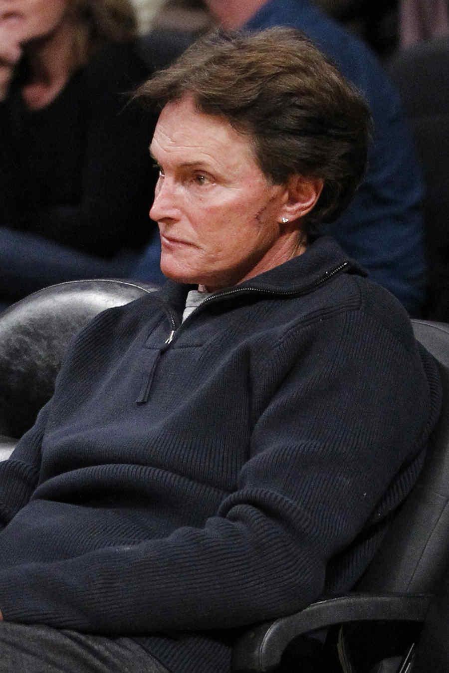 Bruce Jenner sentado en el partido de la NBA entre los Mavericks de Dallas y los Lakers de Los Angeles en Los Ángeles.
