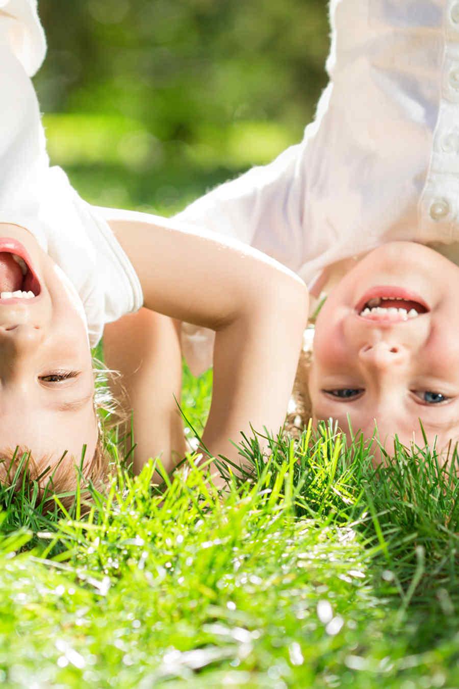 Niños en la naturaleza boca abajo