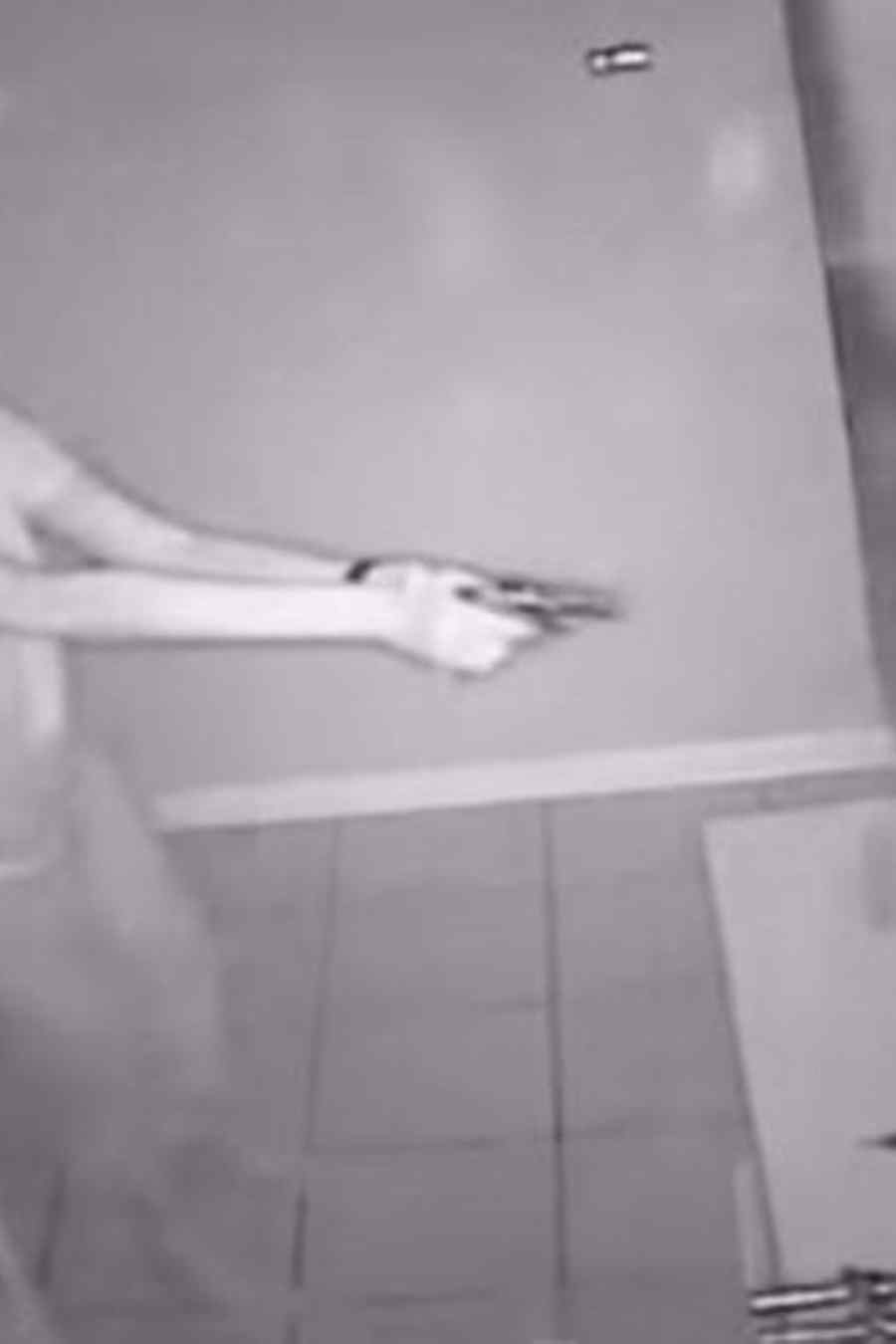mujer disparando
