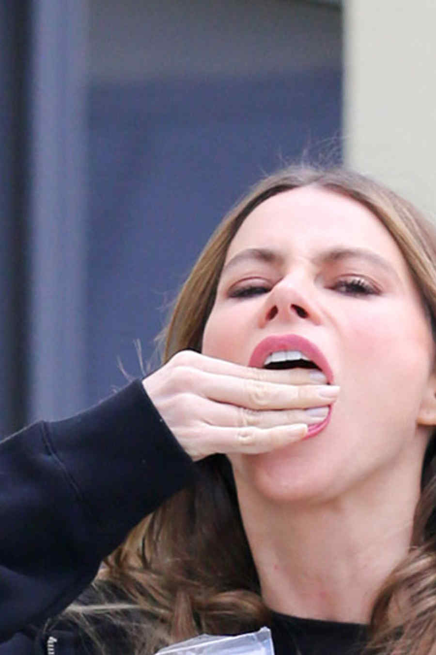 Sofía Vergara comiendo mix para el cerebro en California