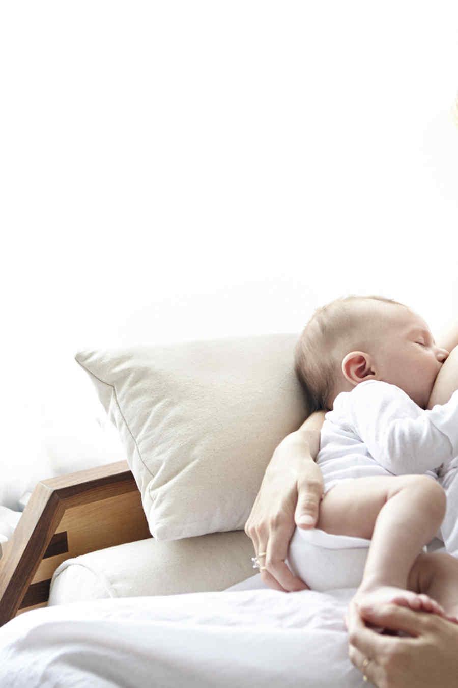 Madre amamanta a su bebé
