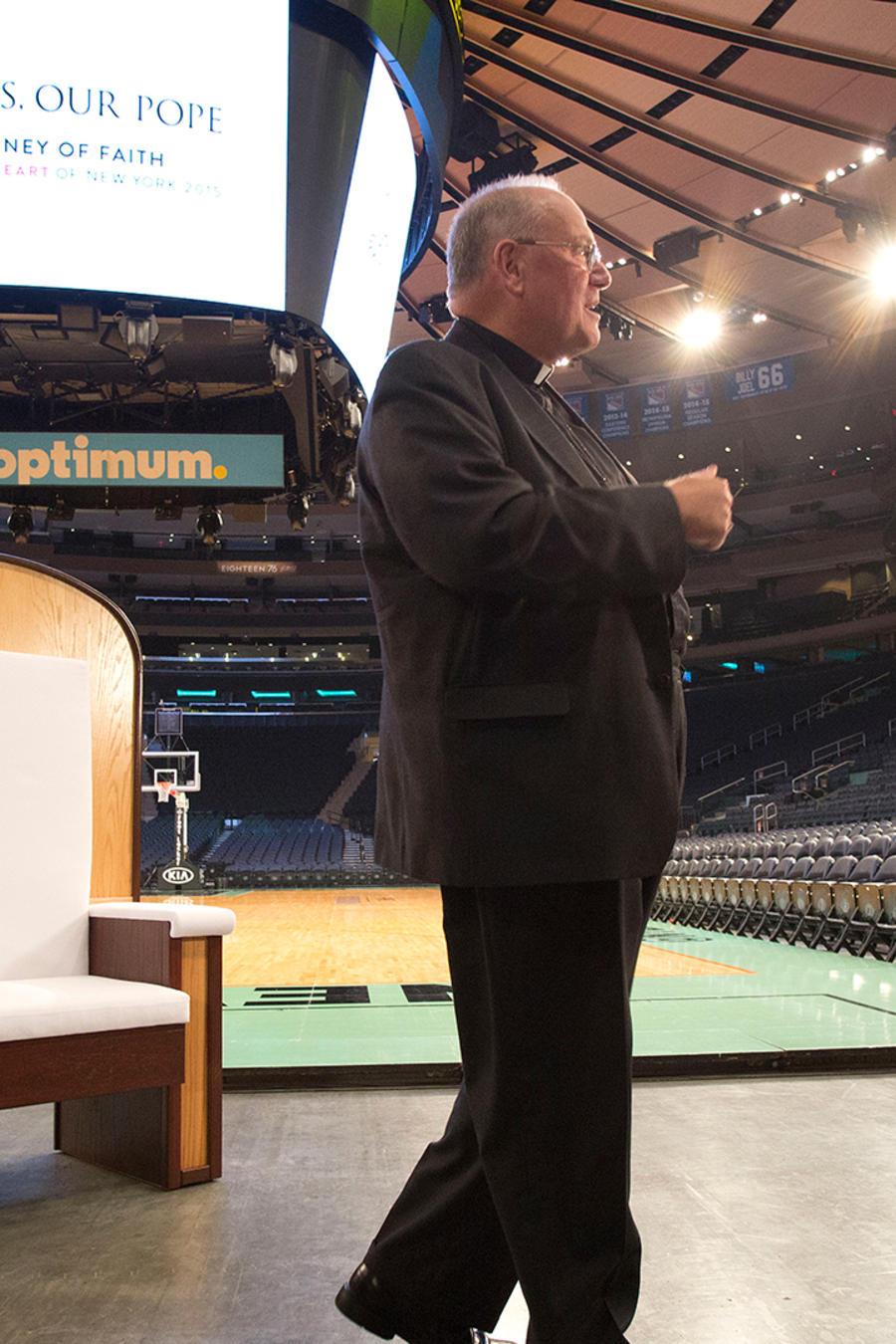 El cardenal Timothy Dolan, arzobispo de Nueva York, anuncia el miércoles 2 de septiembre del 2015 detalles sobre la misa del papa Francisco en Madison Square Garden a finales de septiembre. Detrás de él, se ve la silla de madera que usará el pontífice dur