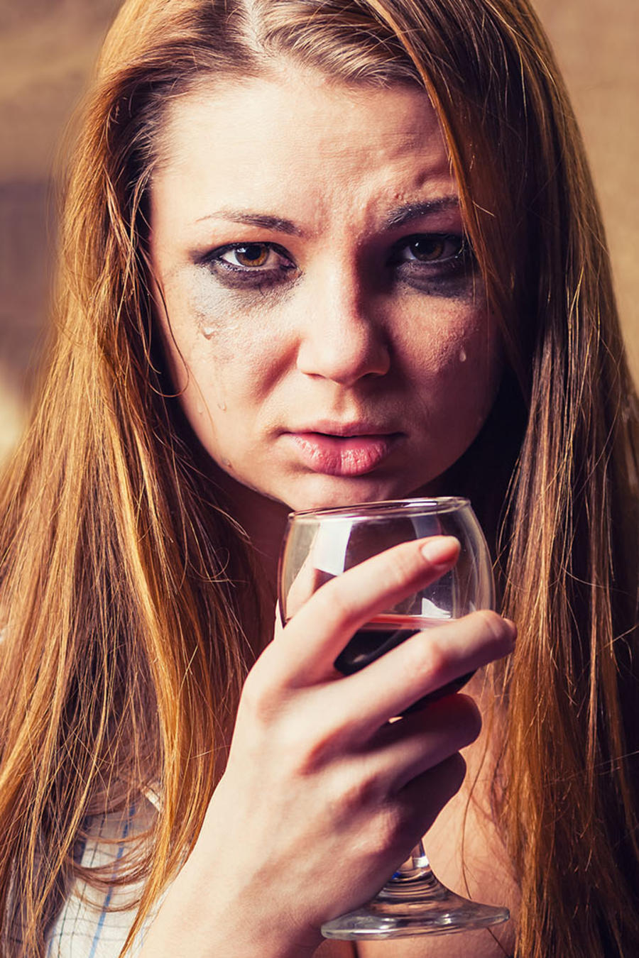 mujer llorando y bebiendo vino