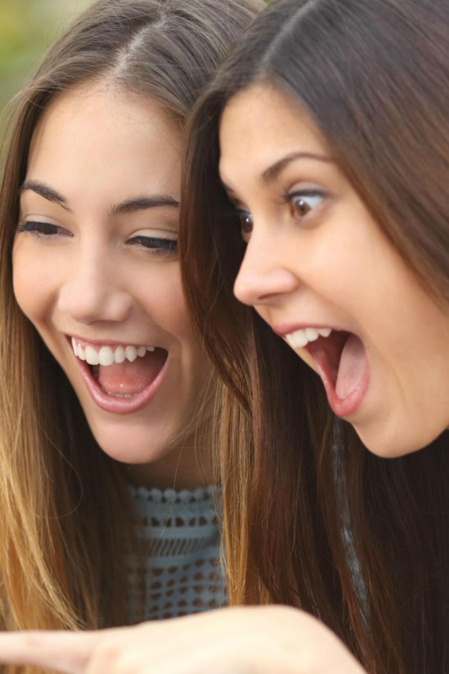 Dos mujeres alegres viendo el celular