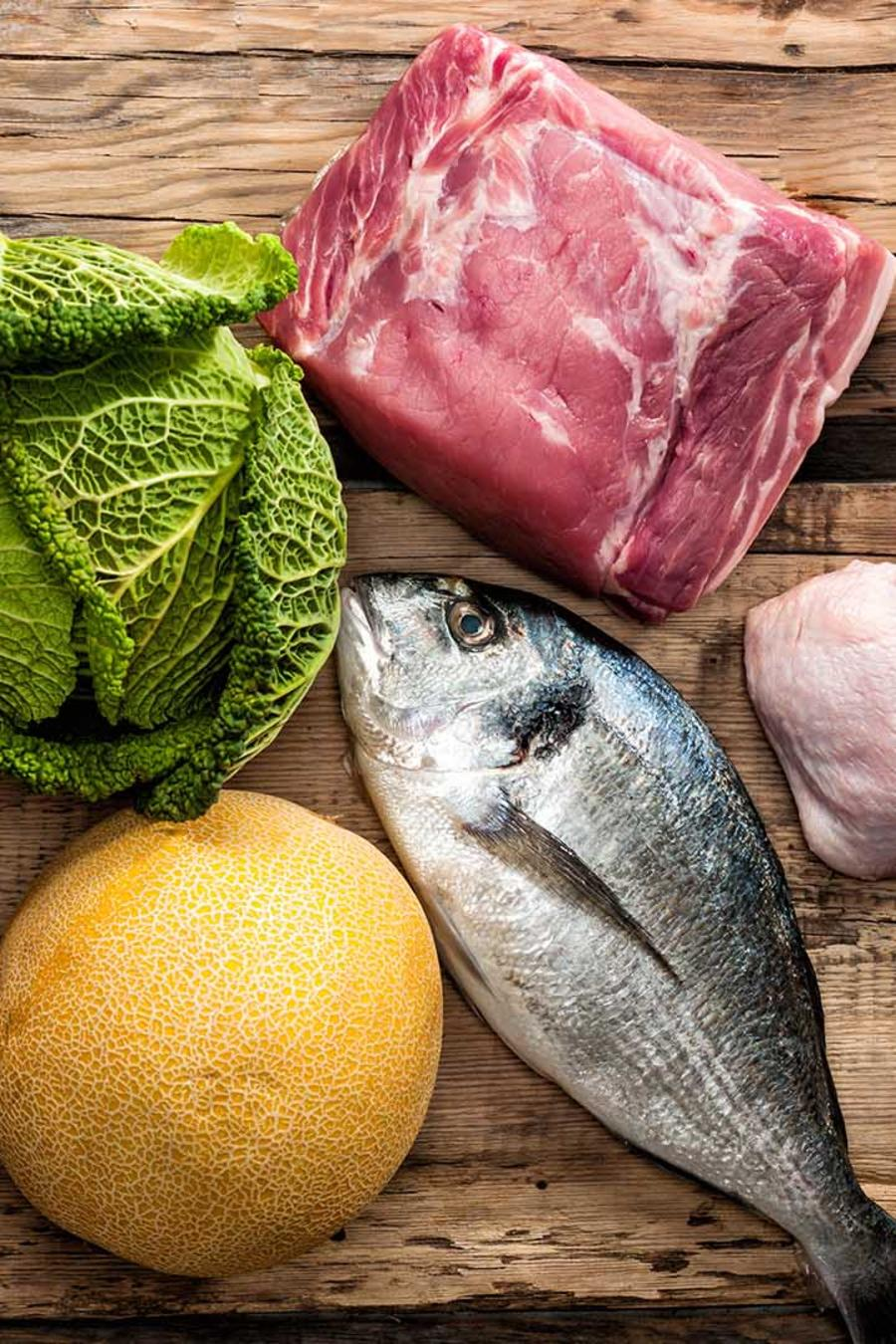 Alimentos saludables sobre tablas de madera