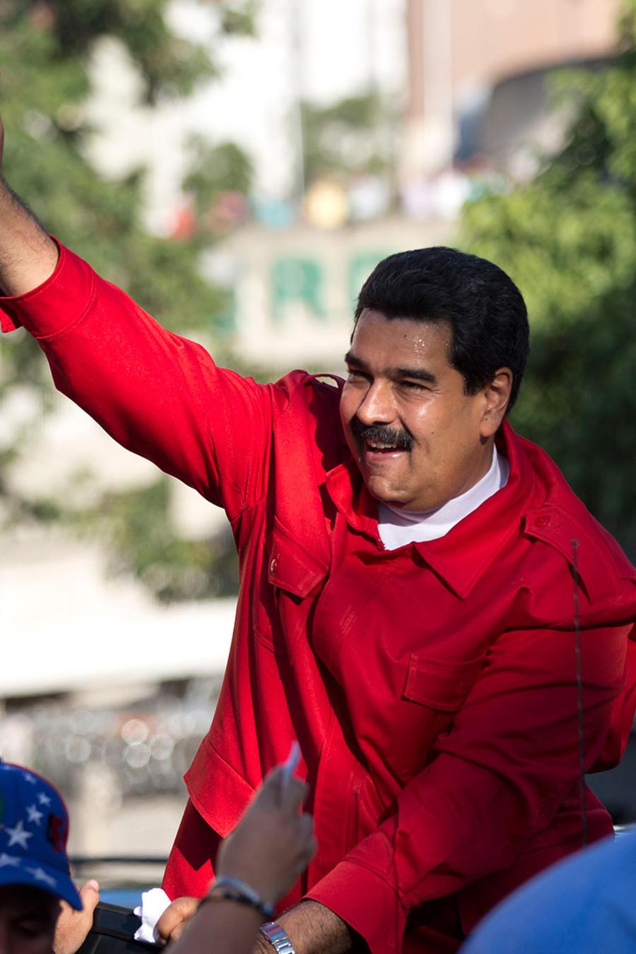 El presidente venezolano Nicolás Maduro saluda a sus partidarios durante el acto de cierre de campaña del oficialismo el 1ro de diciembre del 2015 en Caracas