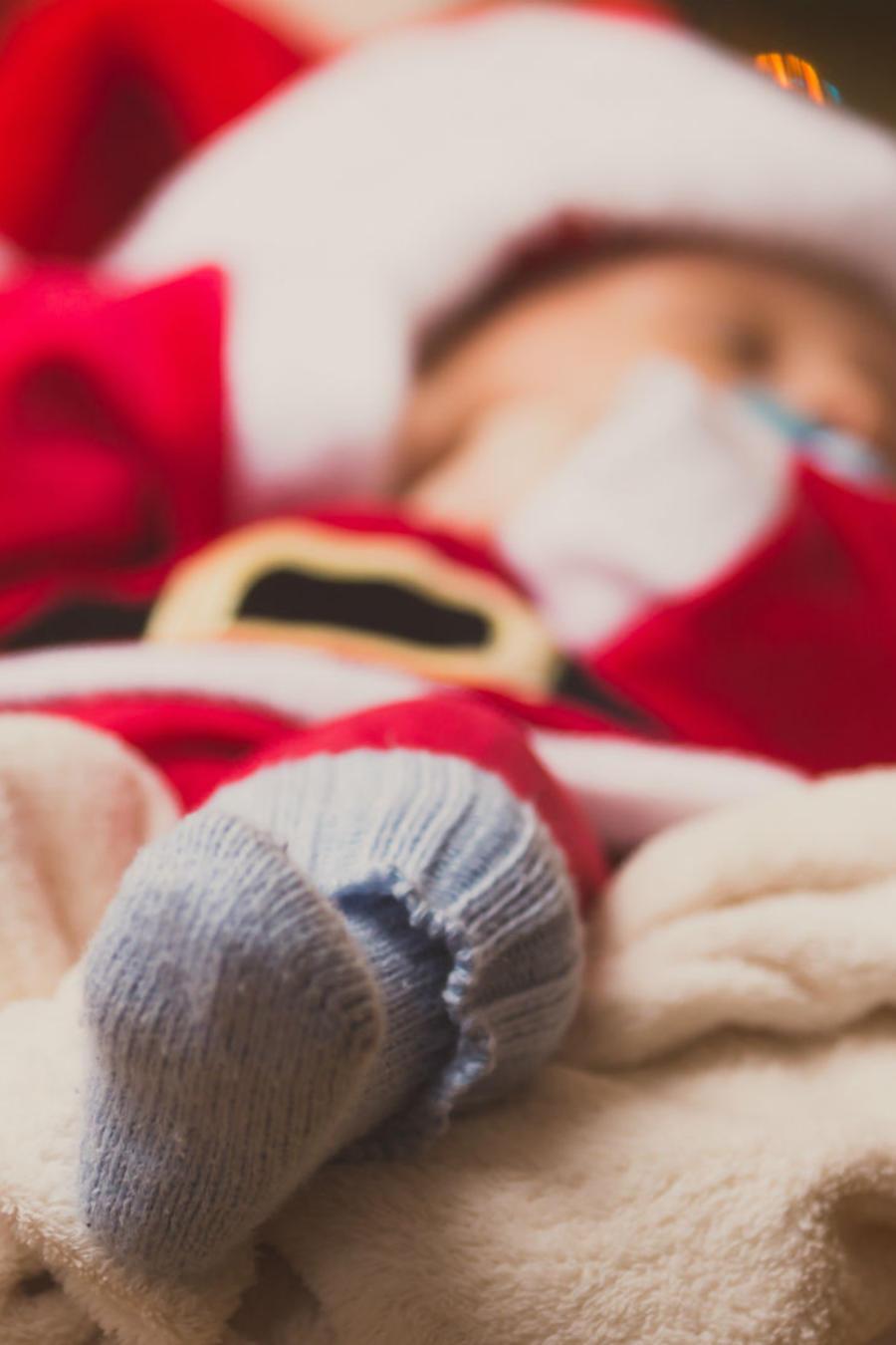 Bebé con ropa de Santa Claus