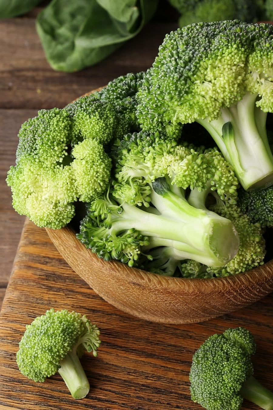 Plato con brócoli sobre una mesa de madera