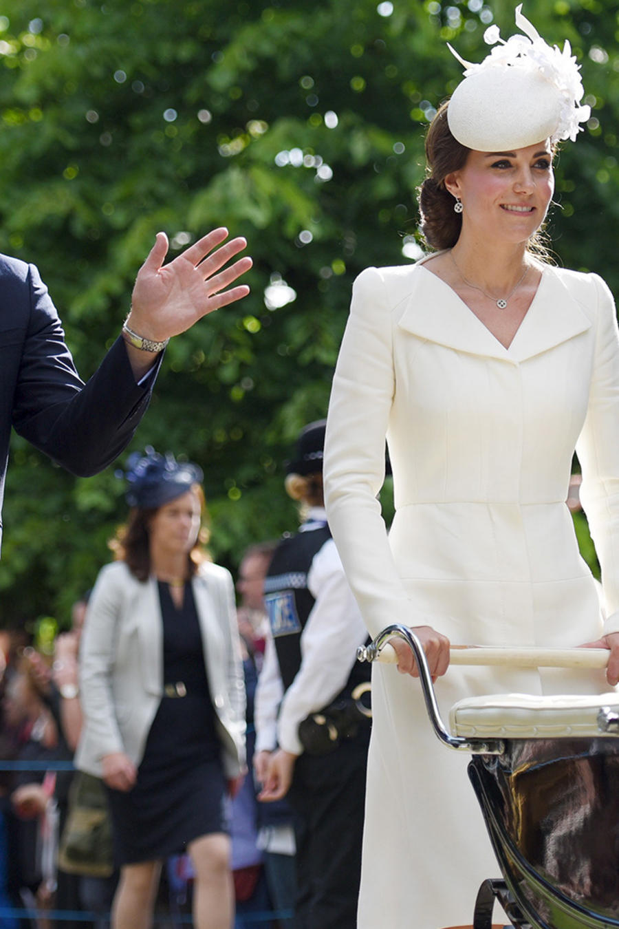 Los duques de Cambridge William y Kate, con su hijo George tras el bautizo de su bebita Carlota.