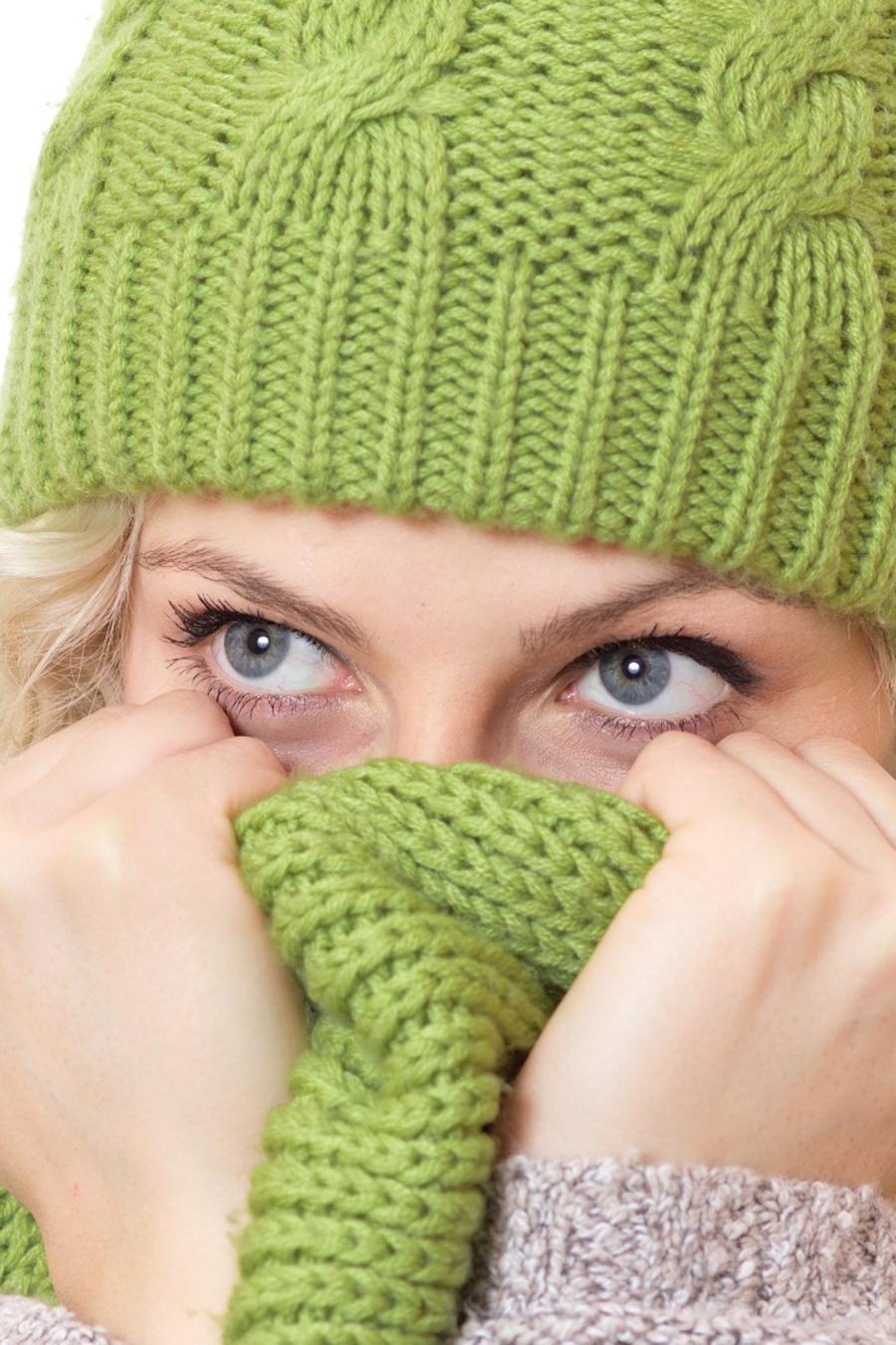Mujer rubia con sweater, gorro y bufanda de lana