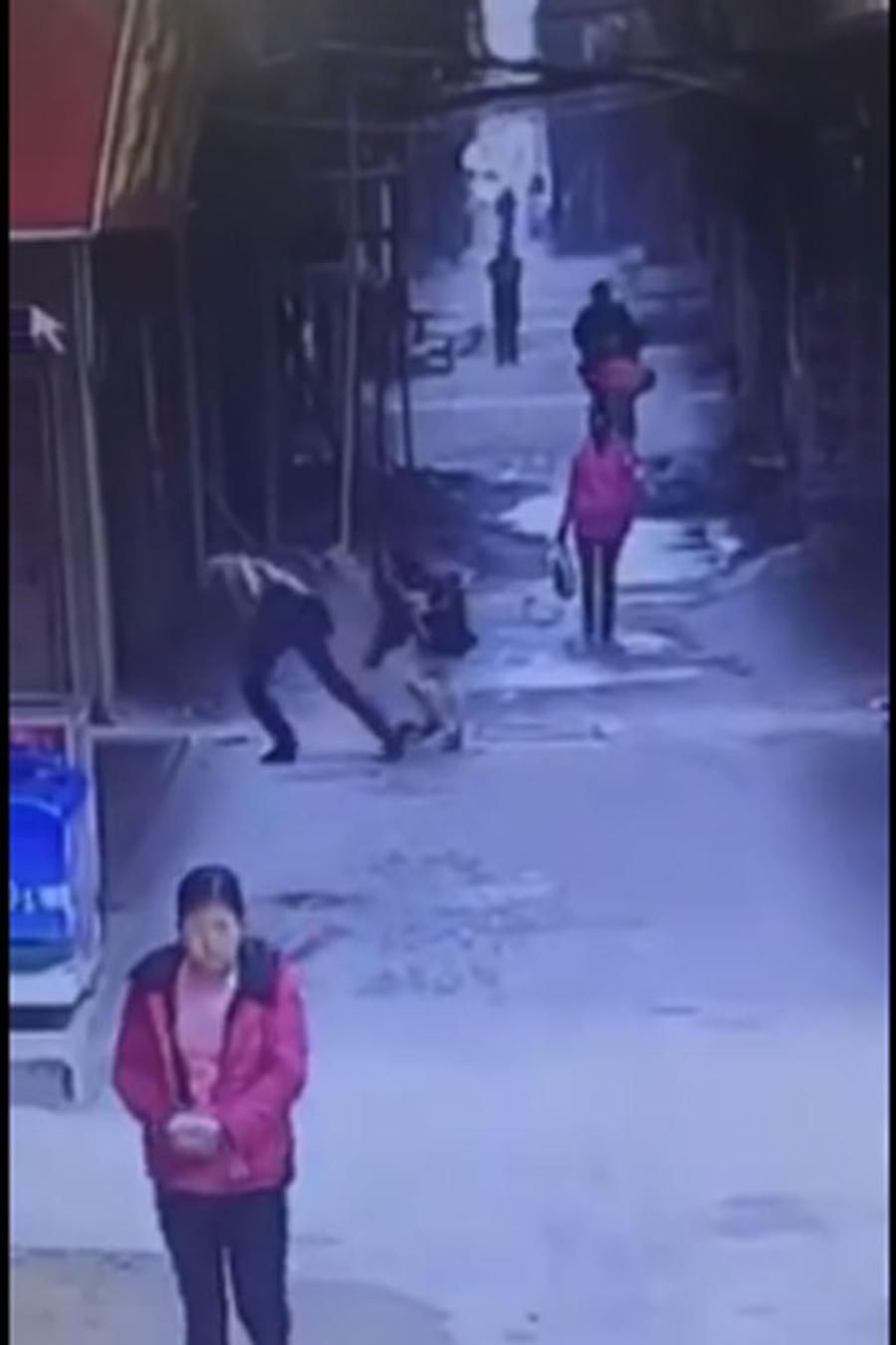 Hombre le arranca la falda a una mujer en plena calle en china