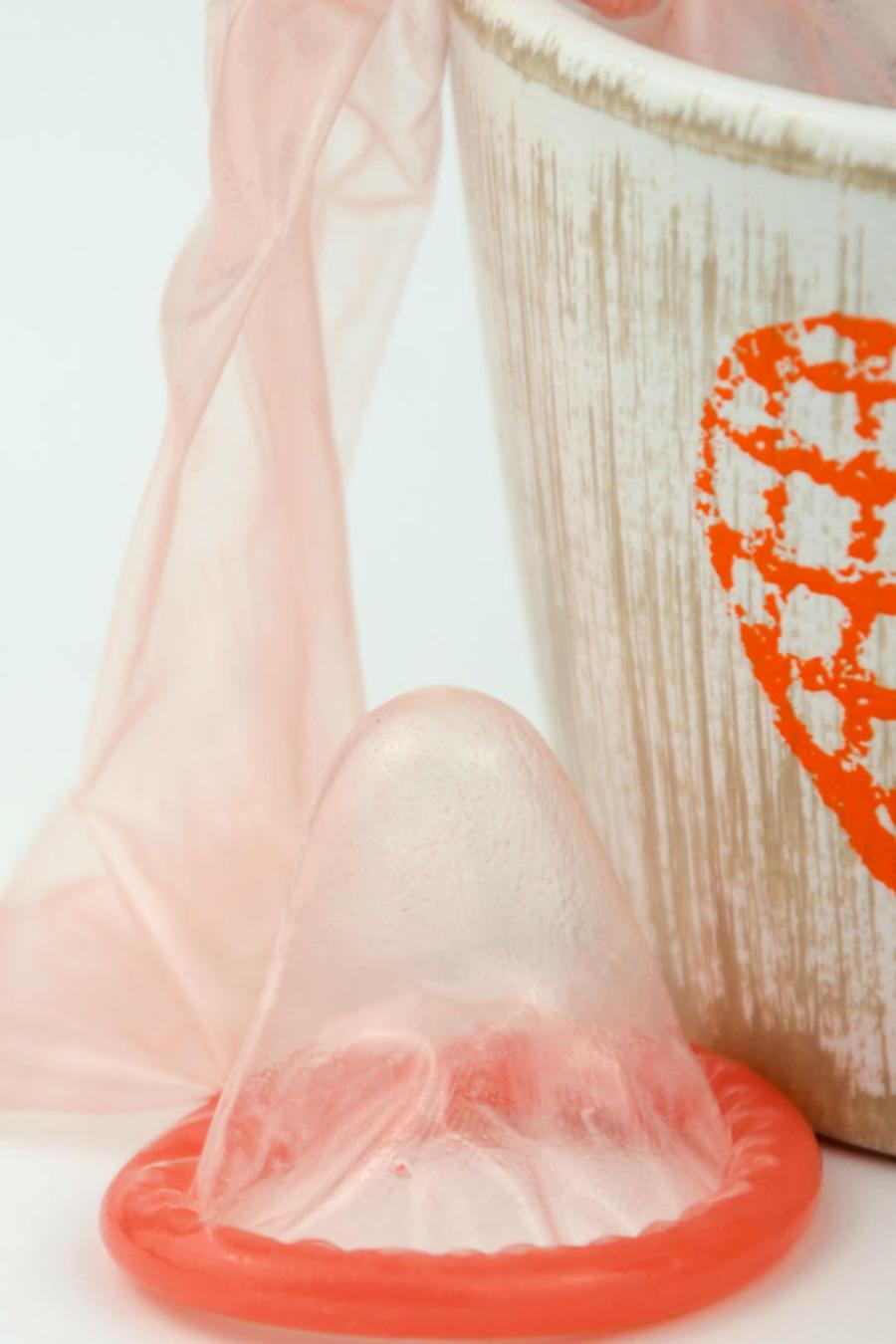 Canasta de corazón con condones