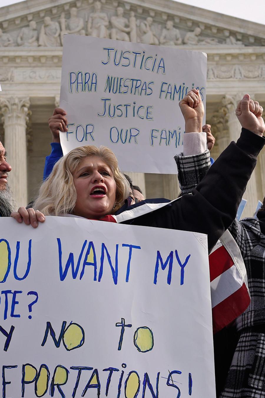 Miembros de la agrupación CASA de Maryland se manifiestan frente a la Corte Suprema en Washington el 15 de enero