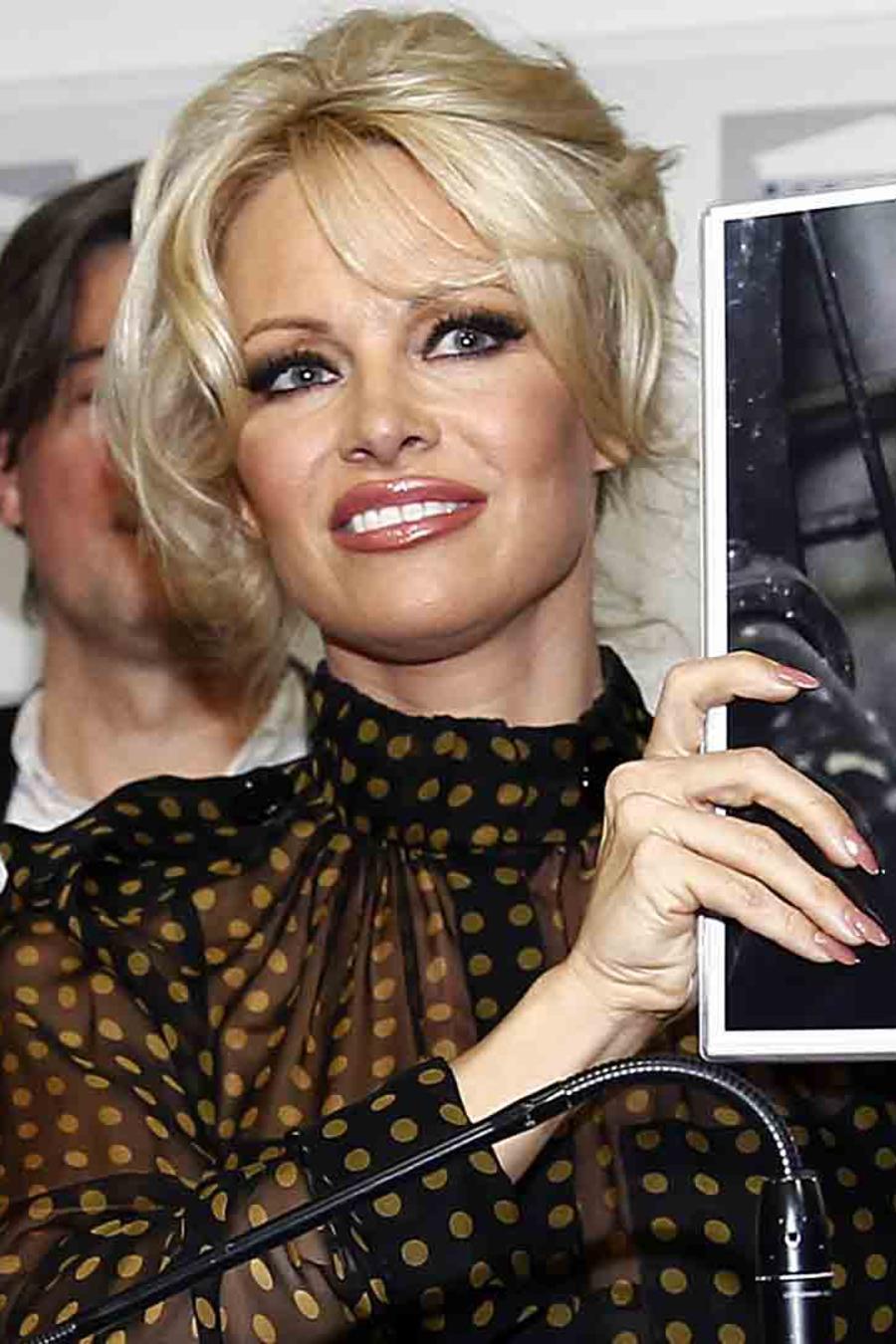 Pamela Anderson en la asamblea nacional de Francia