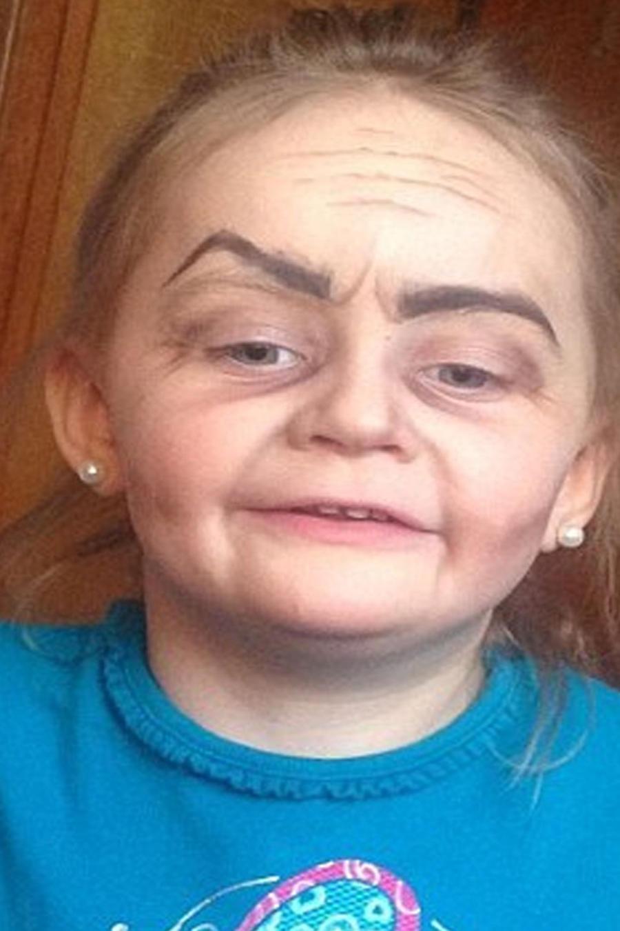 Foto de niña de tres que parece de 70 se vuelve viral