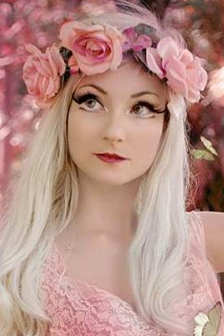 Andressa Damiani con rosas en la cabeza y rodeada de mariposas