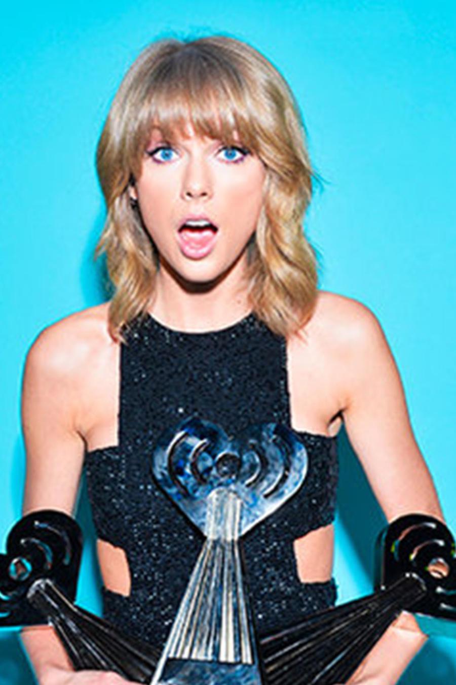 Taylor Swift con sus premios iHeartRadio